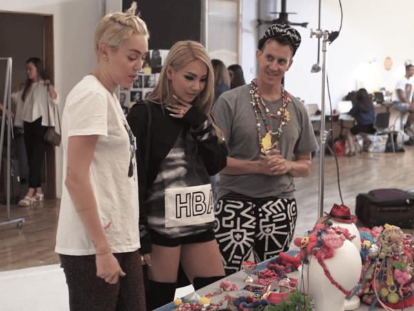 Miley Cyrus dan CL 2NE1 Terlihat Akrab di Trailer Film Dokumenter Jeremy Scott