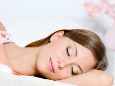Benarkah Tidur Tanpa Bantal Bisa Atasi Sakit Punggung dan Leher?