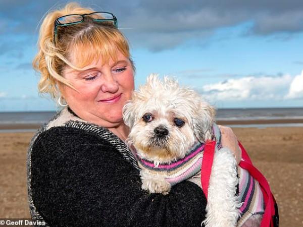 Wanita Ini Diantar 30 Orang Untuk Mengucapkan Selamat Tinggal Kepada Anjingnya Yang Terkena Kanker