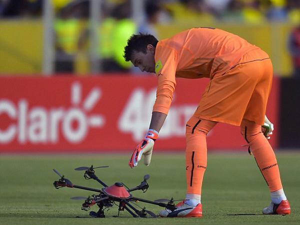 Kiper Uruguay Selamatkan Pertandingan Kualifikasi Piala Dunia 2018 dari Serangan Drone