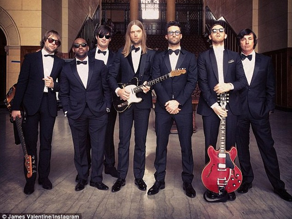 Wah, Maroon 5 Datangi Pesta Pernikahan Sungguhan dan Beri Kejutan di MV 'Sugar'!