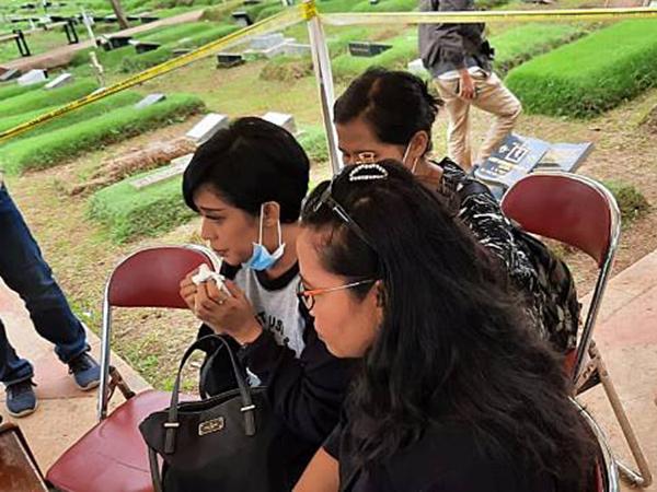 Makam Anak Karen Idol Akhirnya Dibongkar untuk Autopsi