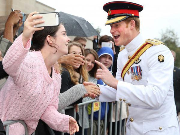 "Nolak Diajak Selfie, Pangeran Harry: ""Selfie Itu Buruk"""