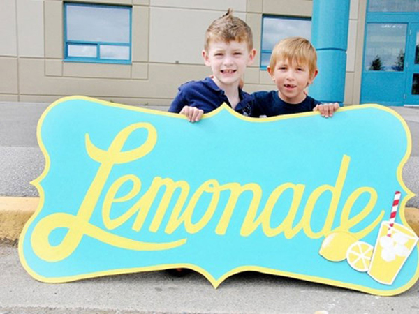 Bocah 7 Tahun Ini Jual Jus Lemon Demi Biaya Operasi Temannya