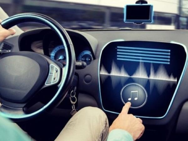 Begini Lho Penjelasan Sebenarnya Peraturan Dilarang Dengar Musik dan Merokok Saat Menyetir