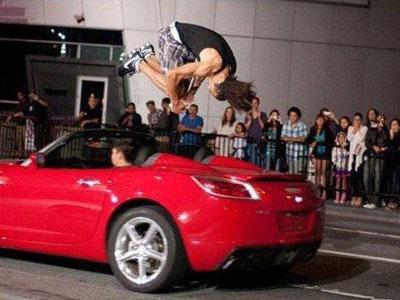 Wow, Pria Ini Mampu Lompati Mobil yang Berjalan Cepat