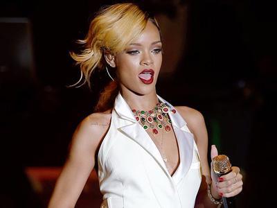 Wah, Rihanna Dilempari Keripik Kentang oleh Penggemarnya Sendiri!