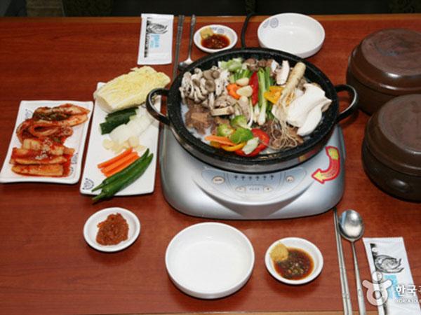 Suka Sup Tulang Sapi? Mampir Yuk di Restoran Tradisional Bergaya Seoul Pertama Ini!