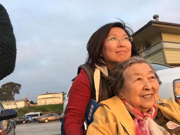 Mengharukan, Wanita Ini Ajak Ibunya yang Lumpuh Keliling Dunia Selama Bertahun-tahun