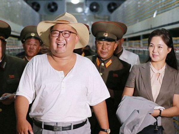 Kunjungi Pabrik Pengolahan Ikan, Kim Jong Un Dan Istri Tampil Santai nan Sumringah