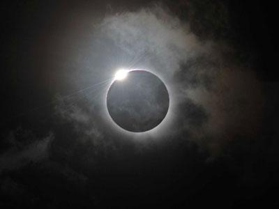 Warga Bali Antusias Saksikan Gerhana Matahari