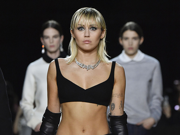 Aksi Miley Cyrus Jadi Model Kejutan di New York Fashion Week