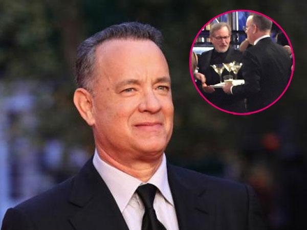 Gaya Tom Hanks Saat 'Sibuk' Jadi Pelayan di Golden Globes 2018