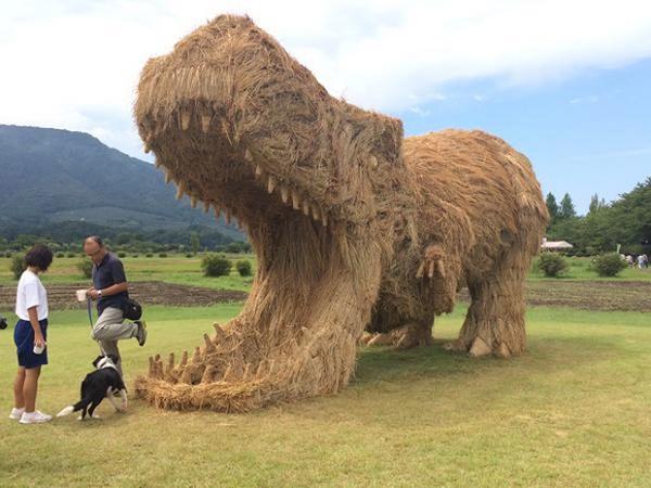 Keren! Patung Dinosaurus Ini Terbuat dari Jerami Tak Terpakai