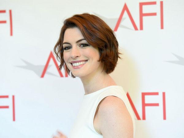 Perut Terlihat Membuncit, Anne Hathaway Hamil Anak Pertama!