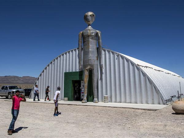 Tertangkap di Foto, Benarkah Memang Ada UFO Terparkir di Area 51?