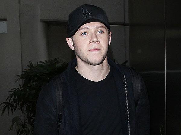 Duh, Niall Horan 1D Ketahuan Buang Air Kecil di Tempat Umum!