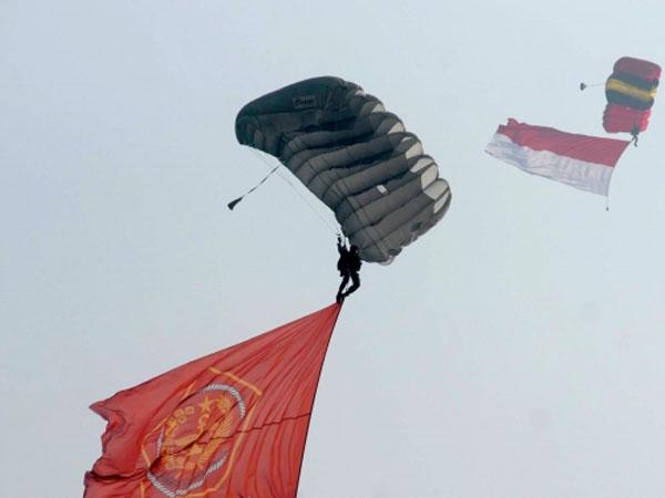 Gagal Mendarat di Halim Perdana Kusuma, Dua Penerjun Payung TNI AU Tewas Terjatuh!