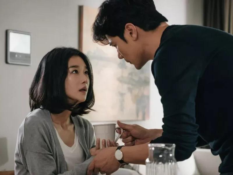 Seo Ye Ji Penuh Ketakutan dan Curiga Sang Suami Pembunuh di Film Recalled