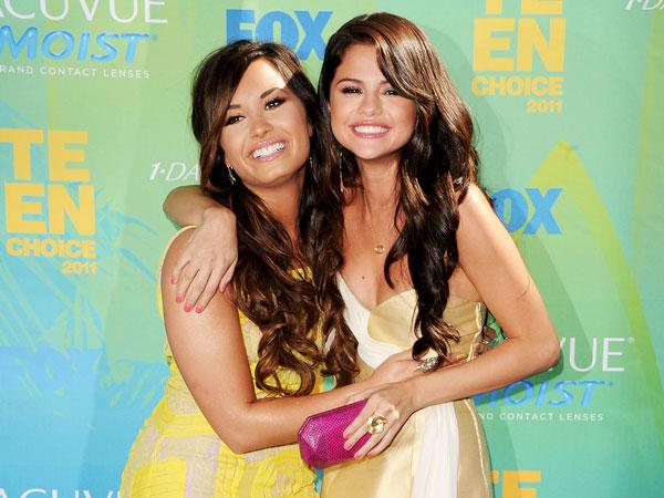Ibu Demi Lovato Jelaskan Rumor Perseteruan Anaknya Dengan Selena Gomez