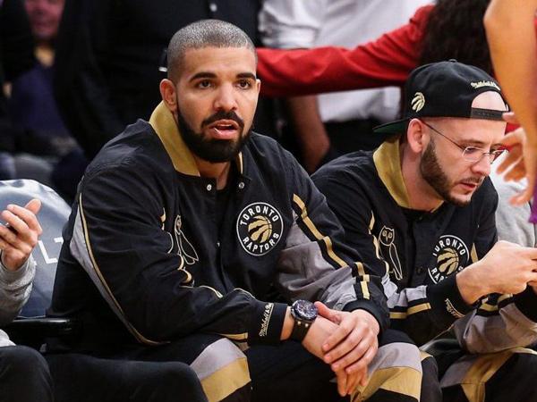 Gaya Kasual Drake Kontras dengan Jam Tangan Bermakna Sensual Seharga Belasan Miliar