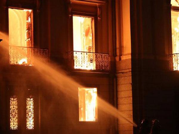 Cerita Seorang Ayah Lompat dari Lantai 2 Demi Selamatkan Putranya Dari Kebakaran