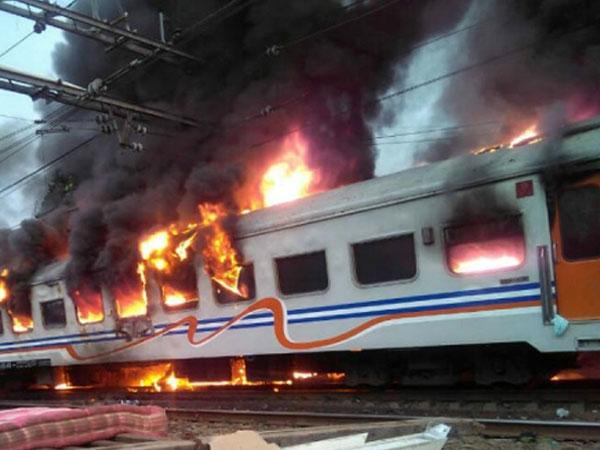Kereta Api Terbakar di Senen, 2 Penumpang Mobil Tewas Terjepit