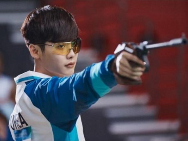 Pasang Wajah Serius Saat Menembak, Kerennya Lee Jong Suk di Potongan Gambar Drama 'W'