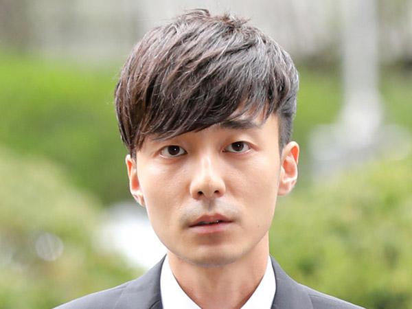 Penampilan Roy Kim yang Makin Kurus Saat Tiba di Kantor Polisi Seoul