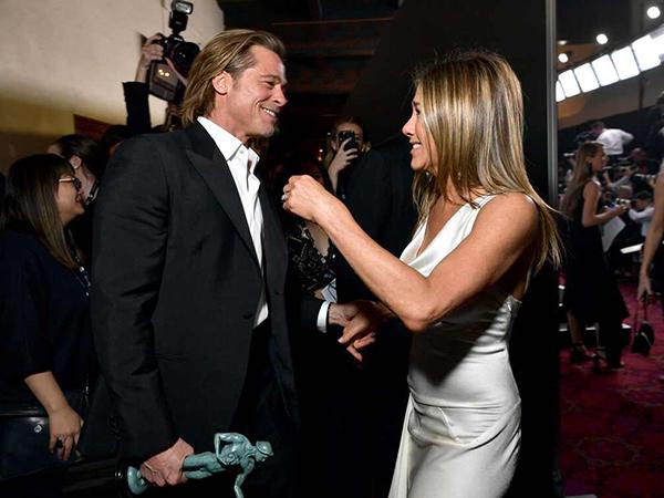 Tunjukkan Keakraban, Brad Pitt Peluk Jennifer Aniston di SAG Awards