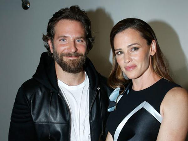 Asyik di Pantai, Bradley Cooper dan Jennifer Garner Pacaran?