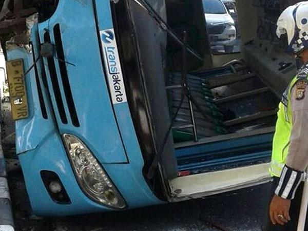 Diduga Sopir Mengantuk, TransJakarta Terguling di Jalan Warung Buncit