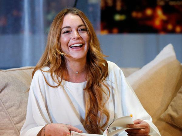 Cantiknya Lindsay Lohan Tampil Mengenakan Kerudung