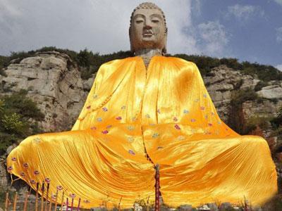Biar Tak Rusak, Patung Budha Raksasa China Kini Pakai Baju