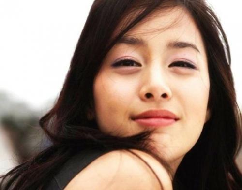 Kim Tae Hee Kirim Hadiah untuk Penderita Leukimia