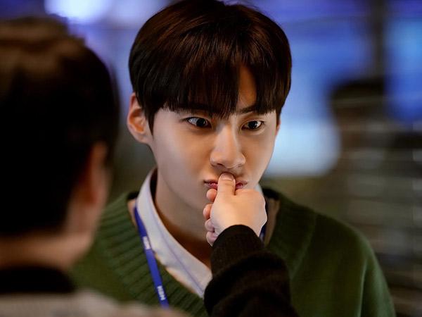Potret Ceria Lee Jin Hyuk Jadi Pembawa Berita Junior di Debut Drama 'Find Me in Your Memory'