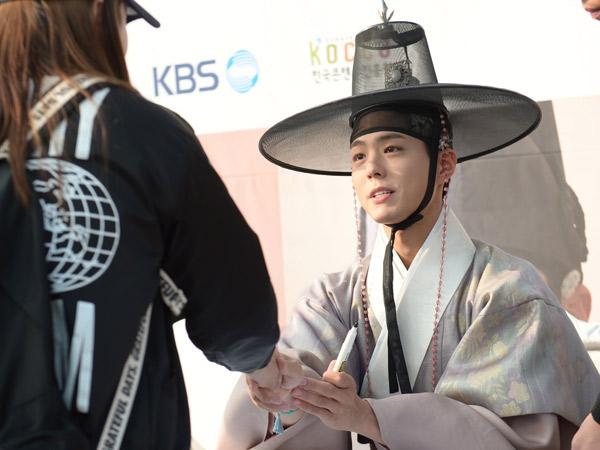 Tak Ingin Kecewakan Fans, Begini Cara Manis Park Bo Gum Saat Tolak Pemberian Hadiah