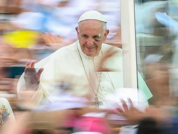 Video yang Menangkap Momen Paus Fransiskus Membentur Mobil hingga Melukai Wajahnya