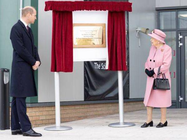 Ratu Elizabeth dan Pangeran William Dikritik Tak Pakai Masker Saat Kunjungan Publik