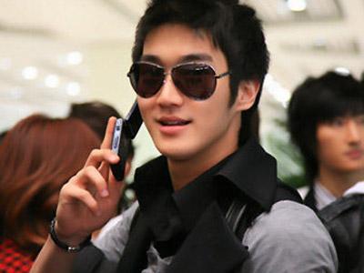 Duh, Dompet Siwon Ketinggalan di Pesawat
