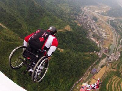 Wow, Pengguna Kursi Roda Nekat Terjun Payung