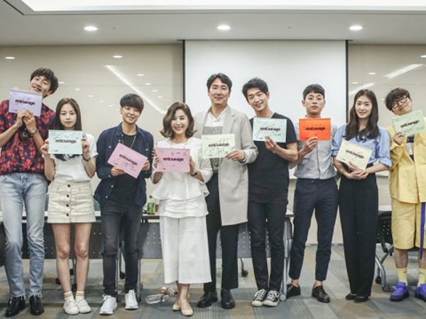 Lee Kwang Soo Hingga Amber f(x), Bintang Drama 'Entourage' Terlihat Hadiri Sesi Baca Skrip