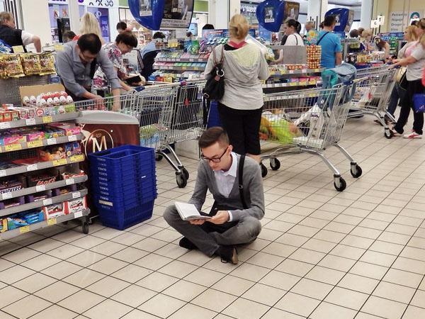 Kreatif, Pria Ini Tularkan Hobi Membaca Melalui Gerakan 'Book Calling'