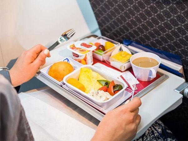 Inilah 10 Makanan dan Minuman yang Sebaiknya Tak Dikonsumsi Saat Berada di Dalam Pesawat