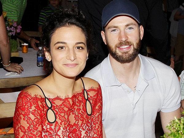 Tampil Perdana Sebagai Pasangan, Ini Dia Komedian Cantik yang Buat Chris Evans Jatuh Cinta