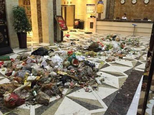 Merasa Tak Dilayani, Petugas Kebersihan Cina Buang Sampah di Lobi Hotel