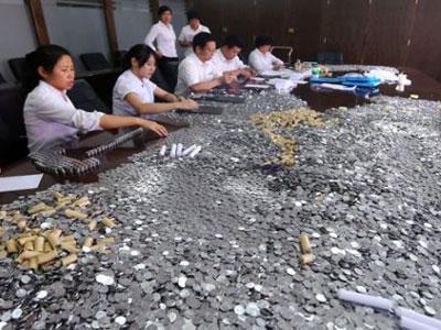 Restoran China Bayar Ganti Rugi dengan Gunungan Koin