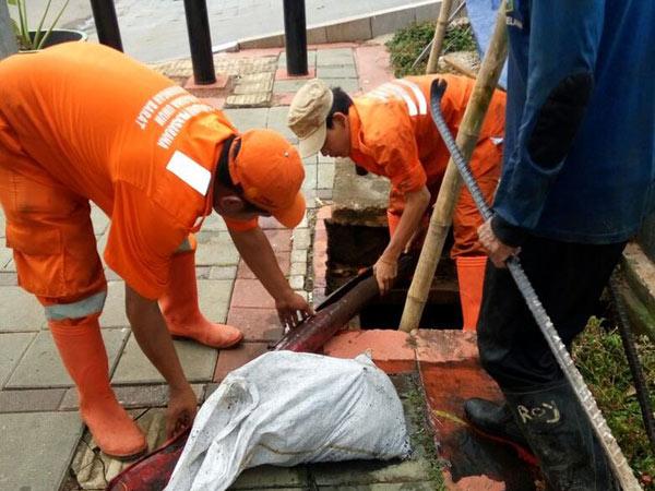 Selain Kulit Kabel, Sejumlah Benda Mencengangkan Juga Ditemukan di Gorong-gorong Jakarta