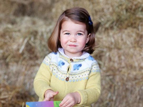 Tengkok Gaya Gemas Putri Charlotte di Hari Pertama Bersekolah