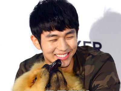 Upss, Anjing Seulong 2AM Buang Kotoran Saat Jumpa Wartawan!